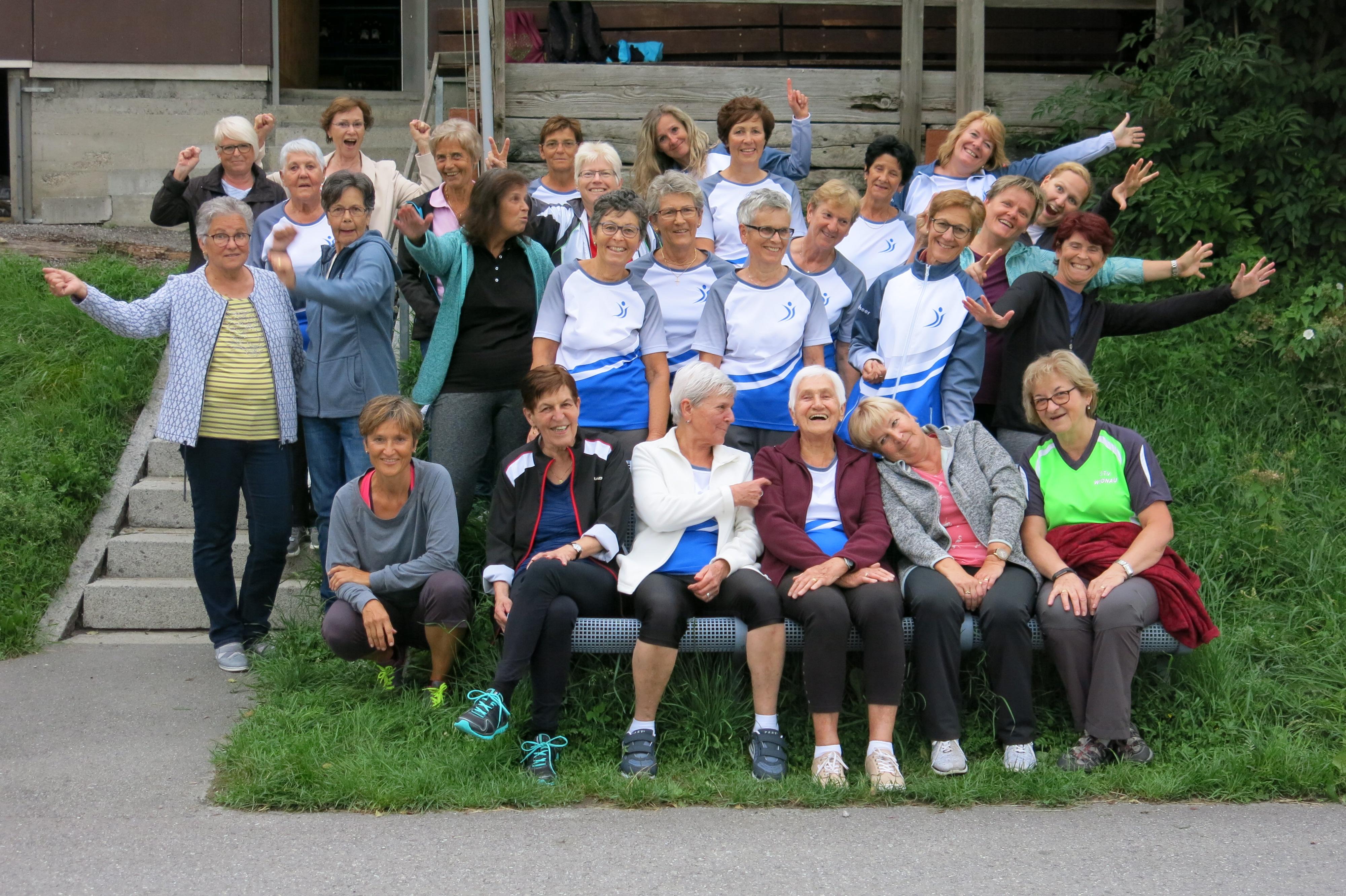 Gemeinsame Turnstunde im Rheinvorland